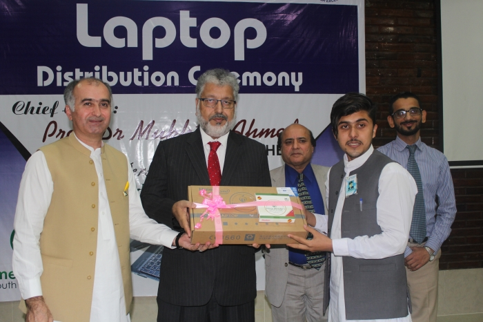 PM laptop distribution ceremony Chief Guest Prof. Dr. Mukhtar Ahmed, Chairman of HEC distributes laptops among students of Swabi University.